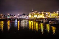 Όμορφα κανάλια πόλεων νύχτας του Άμστερνταμ Στοκ Φωτογραφίες