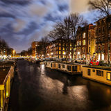 Όμορφα κανάλια πόλεων νύχτας του Άμστερνταμ Στοκ Εικόνες