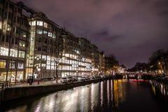 Όμορφα κανάλια πόλεων νύχτας του Άμστερνταμ Στοκ Εικόνα