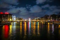 Όμορφα κανάλια πόλεων νύχτας του Άμστερνταμ Στοκ εικόνες με δικαίωμα ελεύθερης χρήσης