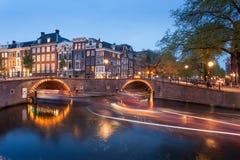 Όμορφα κανάλια του Άμστερνταμ με τη γέφυρα και τα χαρακτηριστικά ολλανδικά σπίτια Στοκ εικόνα με δικαίωμα ελεύθερης χρήσης