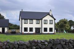Όμορφα κατοικημένα εξοχικά σπίτια στην Ιρλανδία Στοκ Φωτογραφία