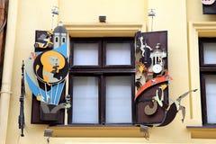 Όμορφα καλλιτεχνικά παραθυρόφυλλα σε ένα παράθυρο, εργαστήριο της σοκολάτας Στοκ Εικόνα