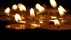 Όμορφα κεριά και ντεκόρ στον ξύλινο πίνακα Κορυφή κινηματογράφων κάτω απόθεμα βίντεο