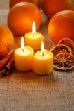 Όμορφα κεριά και juicy πορτοκάλια Στοκ φωτογραφίες με δικαίωμα ελεύθερης χρήσης