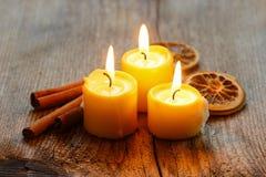 Όμορφα κεριά και juicy πορτοκάλια Στοκ Εικόνες