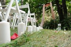 Όμορφα κεριά στη στάση φιαλών γυαλιού στη χλόη στο wedd Στοκ Εικόνες