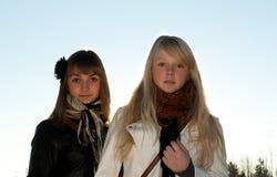 όμορφα κορίτσια δύο νεολ&a στοκ φωτογραφία με δικαίωμα ελεύθερης χρήσης