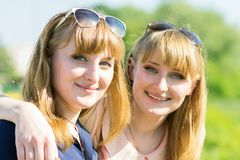 Όμορφα κορίτσια διδύμων που έχουν τη διασκέδαση στο υπαίθριο θερινό πάρκο Στοκ εικόνα με δικαίωμα ελεύθερης χρήσης