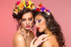 Όμορφα κορίτσια με τα εξαρτήματα λουλουδιών Στοκ εικόνες με δικαίωμα ελεύθερης χρήσης
