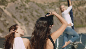 Όμορφα κορίτσια με τη κάμερα στο γιοτ Στοκ φωτογραφίες με δικαίωμα ελεύθερης χρήσης