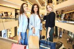 Όμορφα κορίτσια με τις τσάντες αγορών που περπατούν στη λεωφόρο Στοκ φωτογραφίες με δικαίωμα ελεύθερης χρήσης