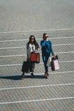 Όμορφα κορίτσια με τις τσάντες εγγράφου έξω από τη λεωφόρο αγορών στοκ φωτογραφίες με δικαίωμα ελεύθερης χρήσης