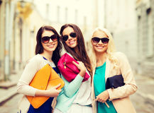 Όμορφα κορίτσια με τις τσάντες στο ctiy Στοκ εικόνες με δικαίωμα ελεύθερης χρήσης