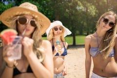 όμορφα κορίτσια παραλιών Στοκ Εικόνες