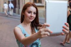 Όμορφα κορίτσια που παίρνουν selfie ανασκόπηση αστική δέντρο πεδίων Στοκ Εικόνες