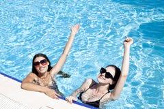 Όμορφα κορίτσια στα μαγιό που έχουν τη διασκέδαση στη λίμνη r στοκ εικόνα με δικαίωμα ελεύθερης χρήσης