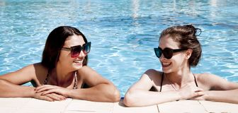 Όμορφα κορίτσια στα μαγιό που έχουν τη διασκέδαση στη λίμνη r στοκ φωτογραφία με δικαίωμα ελεύθερης χρήσης