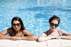 Όμορφα κορίτσια στα μαγιό που έχουν τη διασκέδαση στη λίμνη r στοκ εικόνες με δικαίωμα ελεύθερης χρήσης