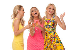 Όμορφα κορίτσια στα φορέματα μόδας με τη σαμπάνια Στοκ Φωτογραφίες
