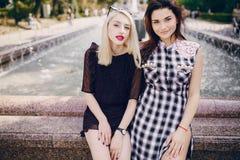 Όμορφα κορίτσια στην οδό Στοκ φωτογραφίες με δικαίωμα ελεύθερης χρήσης