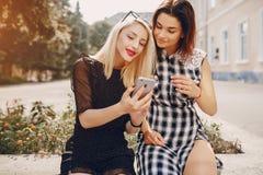 Όμορφα κορίτσια στην οδό Στοκ Εικόνες