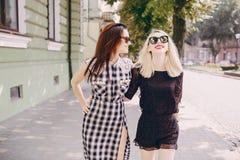 Όμορφα κορίτσια στην οδό Στοκ Φωτογραφία