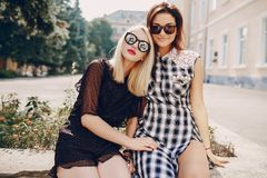 Όμορφα κορίτσια στην οδό Στοκ εικόνα με δικαίωμα ελεύθερης χρήσης