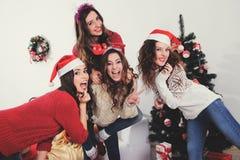 όμορφα κορίτσια στη Παραμονή Πρωτοχρονιάς Στοκ φωτογραφίες με δικαίωμα ελεύθερης χρήσης