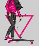 Όμορφα κορίτσια στις κορυφές και σορτς με skateboard Διανυσματική απεικόνιση για μια κάρτα ή μια αφίσα Φωτεινό, ζωηρόχρωμο σχέδιο στοκ εικόνα