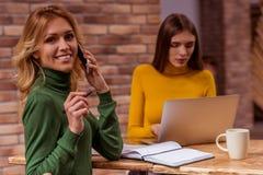 Όμορφα κορίτσια στον καφέ Στοκ εικόνες με δικαίωμα ελεύθερης χρήσης