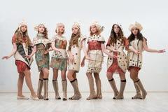 Όμορφα κορίτσια στο ζωηρόχρωμο πορτρέτο φορεμάτων και καπέλων στοκ εικόνες με δικαίωμα ελεύθερης χρήσης