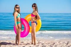 Όμορφα κορίτσια στο νησί παραδείσου Στοκ Εικόνες