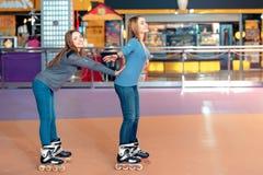 Όμορφα κορίτσια στο rollerdrome Στοκ εικόνες με δικαίωμα ελεύθερης χρήσης