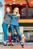 Όμορφα κορίτσια στο rollerdrome Στοκ φωτογραφία με δικαίωμα ελεύθερης χρήσης