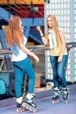 Όμορφα κορίτσια στο rollerdrome Στοκ Εικόνες