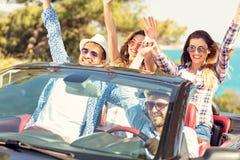 Όμορφα κορίτσια φίλων κομμάτων που χορεύουν σε ένα αυτοκίνητο στην παραλία ευτυχή Στοκ εικόνα με δικαίωμα ελεύθερης χρήσης