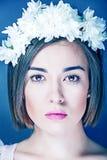 Όμορφα κορίτσι και λουλούδια στην τρίχα της Στοκ Φωτογραφίες