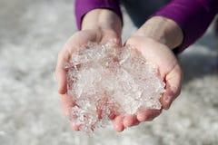 Όμορφα κρύσταλλα πάγου στα χέρια των γυναικών στοκ εικόνα