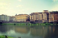 Όμορφα κτήρια από Arno τον ποταμό στη Φλωρεντία στοκ φωτογραφίες με δικαίωμα ελεύθερης χρήσης
