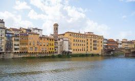 Όμορφα κτήρια κατά μήκος του ποταμού Arno στη Φλωρεντία Στοκ εικόνες με δικαίωμα ελεύθερης χρήσης