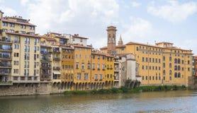 Όμορφα κτήρια κατά μήκος του ποταμού Arno στη Φλωρεντία Στοκ Φωτογραφία