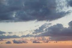 Όμορφα κόκκινα και μπλε σύννεφα στο ηλιοβασίλεμα ως υπόβαθρο ή σκηνικό στοκ φωτογραφία
