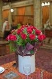 Όμορφα κόκκινα τριαντάφυλλα σε ένα στρογγυλό κιβώτιο Τριαντάφυλλα ροδάκινων σε ένα στρογγυλό κιβώτιο Τριαντάφυλλα σε ένα στρογγυλ Στοκ εικόνα με δικαίωμα ελεύθερης χρήσης