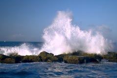 Όμορφα κύματα που χτυπούν τους βράχους ακτών στοκ εικόνα