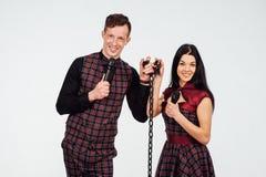 Όμορφα κλασικά κοστούμια ζευγών σε ένα κλουβί Στοκ φωτογραφία με δικαίωμα ελεύθερης χρήσης