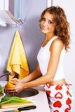 όμορφα λαχανικά που πλένο&up Στοκ Φωτογραφίες
