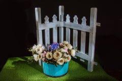 Όμορφα λουλούδια στο μπλε δοχείο Στοκ φωτογραφία με δικαίωμα ελεύθερης χρήσης