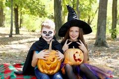 Όμορφα μάγισσα και μικρό παιδί κοριτσιών Στοκ εικόνα με δικαίωμα ελεύθερης χρήσης