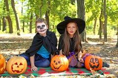 Όμορφα μάγισσα και μικρό παιδί κοριτσιών Στοκ φωτογραφία με δικαίωμα ελεύθερης χρήσης